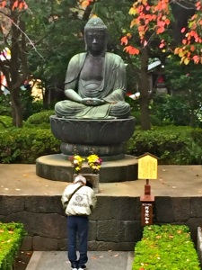 bowing to buddha