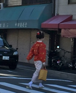 geisha crossing the street
